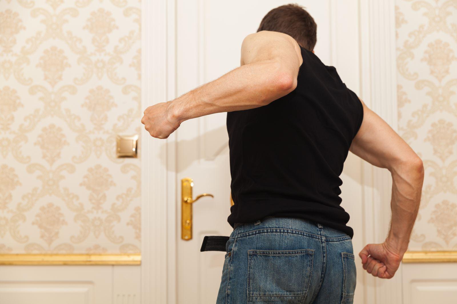''גם אם שבר את הדלת – על זה עוצרים?''