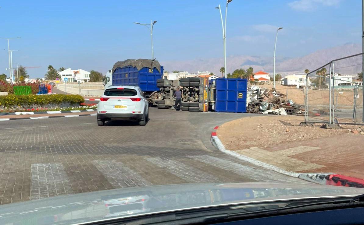 צפו: משאית עמוסה התהפכה בשחמון אילת