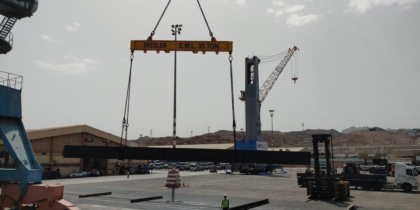 אוניית הברזל מדובאי פורקת ברזל בנמל אילת