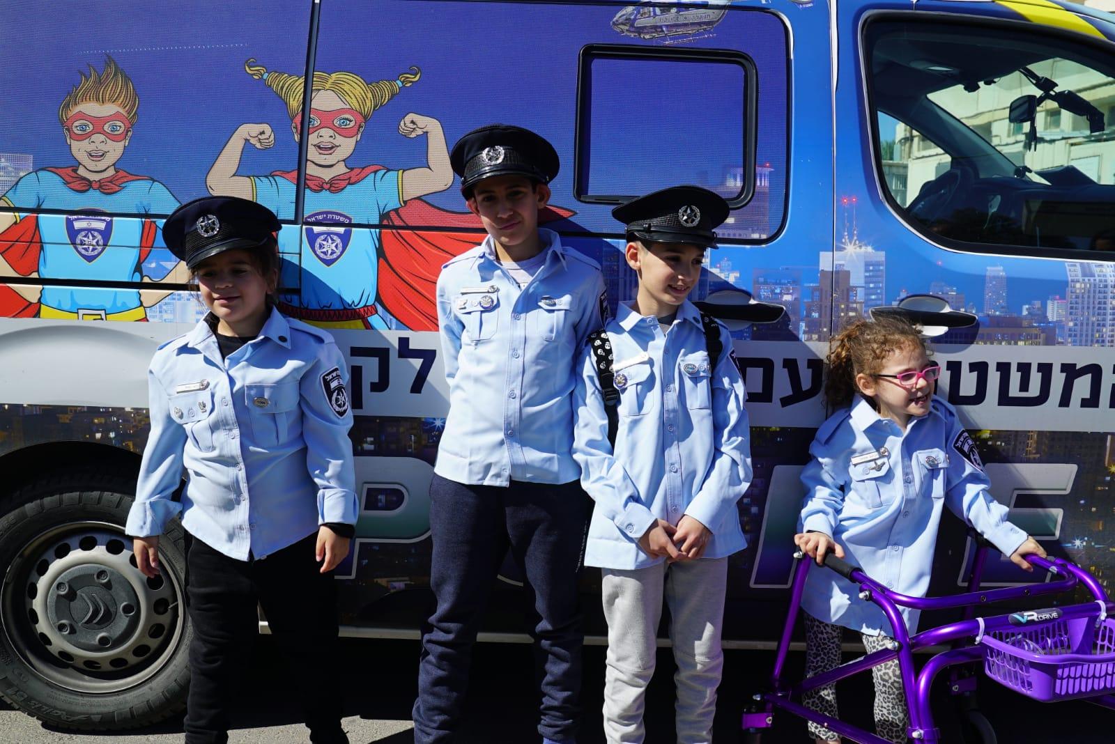 ניידת המשאלות של משטרת ישראל גייסה 4 ילדים להיות שוטרים אילתים ליום אחד