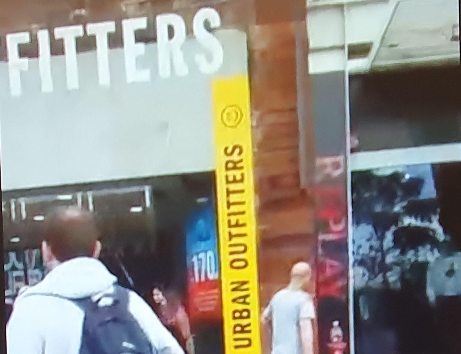צפו: בריכת גלי אילת קרסה אל חנות אורבן אאוטפיטרס בטיילת אילת