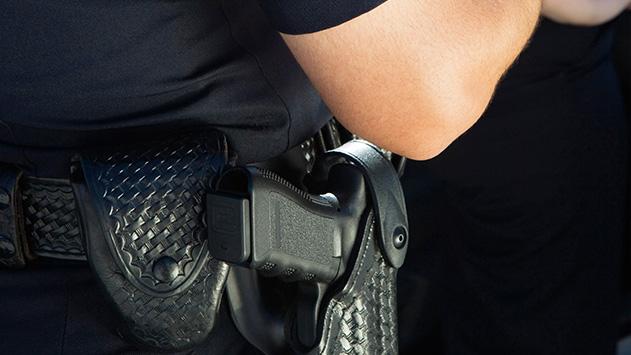 פגע בשוטרת ונמלט