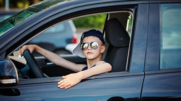 ילד בן 12 נהג ברכב