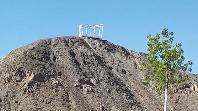 למי שייך המבנה על ההר?