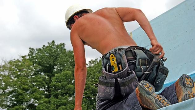 פועל נפל מגובה באתר בנייה ונפצע באורח בינוני