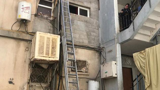 עובד נפל ממגורי עובדים מצבו קשה