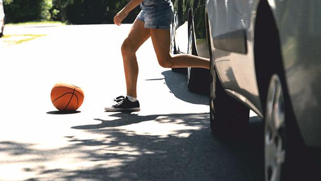 הורים שימו לב: ילדים משחקים ברולטה רוסית בכביש