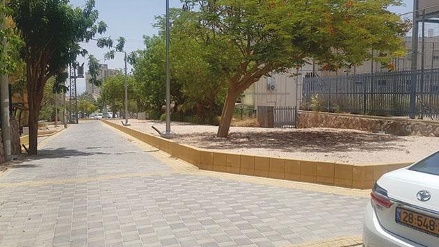 תלונה: העירייה הפקיעה חניה  ליד בי''ס צאלים לטובת גינה, אך מעולם לא שתלה אותה