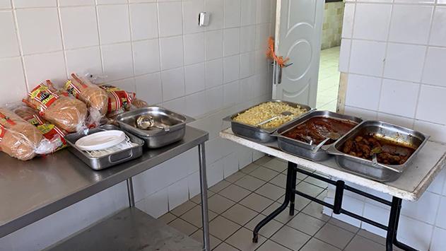 מתפלל בבית חב''ד: ''חלוקת האוכל  לנצרכים נעשית ליד פחי האשפה''