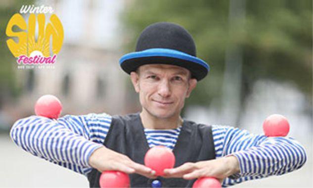 מופע בטיילת: ג'אגלינג כובעים