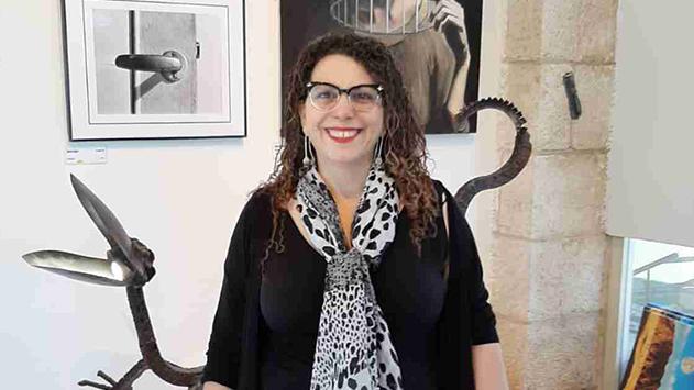 אוצרת גלריית אמני אילת - מציגה בגבעתיים