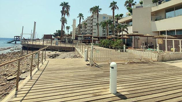 תלונה: מלון אריאה תחם שטח ציבורי על חוף הים