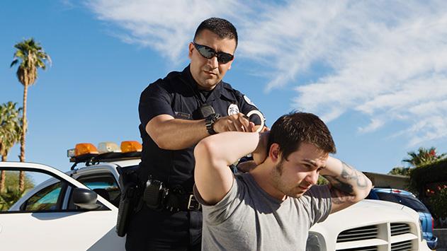 עקב אחרי שוטר ואיים עליו  והורחק מאילת לחודש