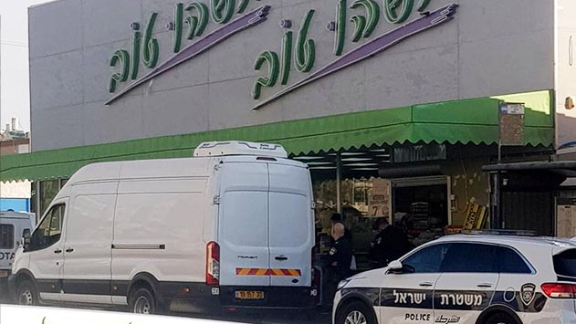 המשטרה סגרה את  הפיצוצייה בכיכר רזין
